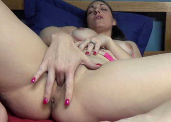 Melanie Hicks fingers her juicy twat